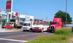 Veracruz, Ver., 27 de septiembre de 2021.- A la altura de Loma de Tejería, en la carretera federal Veracruz-Xalapa, colisionaron tres vehículos pesados (un urbano, un torton y un tráiler), dejando severos daños materiales y la interrupción de la circulación.
