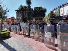 Xalapa, Ver., 28 de septiembre de 2021.- Policías del grupo antimotines fueron desplegados en la avenida Ávila Camacho y sobre el Monumento a la Madre. Se anunció marcha feminista para la tarde de este martes en la Capital.