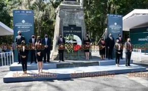 Xalapa, Ver., 28 de septiembre de 2021.- El encargado de despacho de la oficina del Gobernador, Oscar Canela Morales y su equipo de colaboradores, en Guardia de Honor ante el monumento a Miguel Hidalgo.