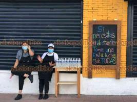 Xalapa, Ver., 28 de septiembre de 2021.- En apoyo a la marcha feminista, negocio de comida del centro de la Capital va a regalar agua a las participantes que la necesiten.