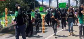 Xalapa, Ver., 28 de septiembre de 2021.- Resguardadas por policías, entre comercios blindados por temor a daños, feministas salieron a marchar por calles de la Capital, demandando que el Estado garantice el aborto seguro y gratuito, luego de que fuera despenalizado.