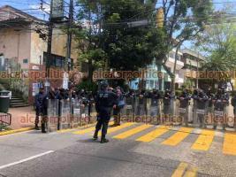Xalapa, Ver., 28 de septiembre de 2021.- Antes de la marcha de mujeres de este martes, oficina de la Fiscalía General del Estado que se ubica en el centro de la Capital también bajó las cortinas de acero a fin de prevenir posibles daños.