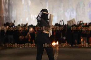 Xalapa, Ver., 28 de septiembre de 2021.- Feministas terminaron por rayonear el mural feminista que crearon estudiantes de la UV en el Viaducto del parque Juárez. Jóvenes universitarias trabajaron noches y madrugadas para plasmar arte que representara a las mujeres.