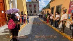 Xalapa, Ver., 28 de septiembre de 2021.- Algunos fieles católicos también acudieron para resguardar el costado de la Catedral Metropolitana, donde hicieron oraciones y entonaron cantos religiosos, durante la marcha feminista.