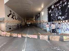 Xalapa, Ver., 28 de septiembre de 2021.- Cerca de las 16:00 horas de este martes, las últimas participantes de la marcha feminista que permanecían en el viaducto se retiraron y se reanudó el paso vehicular. Poco más tarde también lo hicieron los elementos policiacos desplegados.