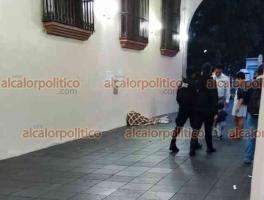 Xalapa, Ver., 19 de octubre de 2021.- Muere indigente en la parte baja de Palacio de Gobierno del Estado, al parecer se trata de una persona en situación de calle, elementos de la SSP arribaron para acordonar el área.