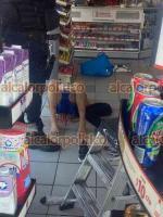 Veracruz, Ver., 19 de octubre de 2021.- En céntricas calles la ciudad un presunto asaltante de una tienda Oxxo fue detenido y amarrado por civiles y empleados, entregándolo a los elementos preventivos.