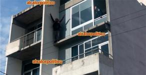 Xalapa, Ver., 21 de octubre de 2021.- Dramática escena en lo alto de un edificio de la zona de la Rotonda, la tarde de este jueves, donde un hombre se lanzó para intentar quitarse la vida. Policías no lograron disuadirlo tras varios minutos de diálogo. Fue llevado a un hospital.