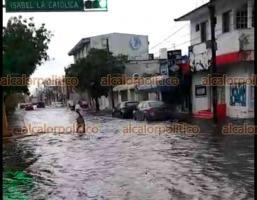 Veracruz, Ver., 22 de octubre 2021.- Varias calles amanecieron inundadas por la fuerte lluvia de la madrugada. Las afectaciones se registraron en diferentes puntos, al grado que varios jarochos resultaron con daños en sus vehículos.