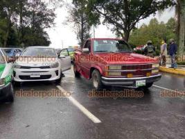 Xalapa, Ver., 22 de octubre de 2021.- Cuatro vehículos chocaron en la avenida Circuito Presidentes, a la altura del puente peatonal de la USBI. Una camioneta roja, con tripulantes en aparente estado de ebriedad, provocó el percance; no se reportaron lesionados.