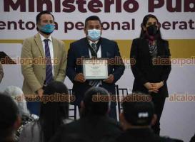 Xalapa, Ver., 22 de octubre de 2021.- Como parte de la celebración del Día Nacional del Ministerio Público, el gobernador Cuitláhuac García y la fiscal Verónica Giadans, entregaron reconocimientos a personal operativo y post mortem.