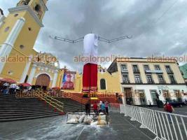 Xalapa, Ver., 23 de octubre de 2021.- Personal de Gobierno del Estado instaló los ya tradicionales catrines de 9 metros de altura, en la Plaza Lerdo. En esta ocasión se rinde homenaje a la región del Totonacapan.