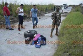 Veracruz, Ver.,23 de octubre de 2021.- En la carretera del libramiento del kilómetro 13.5 ocurrió la volcadura de una camioneta tras caer a un bache y perder una llanta, movilizándose personal de emergencia, policías y Guardia Nacional.