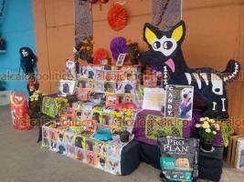 Xalapa, Ver., 25 de octubre de 2021.- Animalistas y locatarios de la Central de Abastos elaboraron un altar de muertos para recordar a las mascotas, principalmente perros, que vivieron en el lugar. La actividad concluyó con una pasarela de adopción de peluditos.